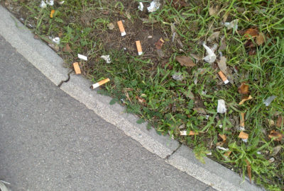 Weggeworfene Zigarettenkippen an der Straße | Cigarette butts by the road. Copyright: CC BY-SA 4.0kippe | Littered cigarette butt