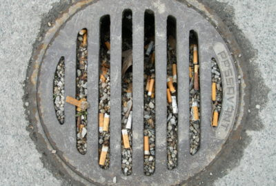 Zigarettenkippen im Gully | Cigarette butts in a gully
