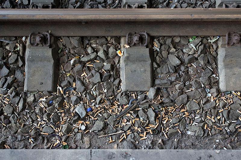 Zigaretten im Gleisbett des Bremer Hauptbahnhofs